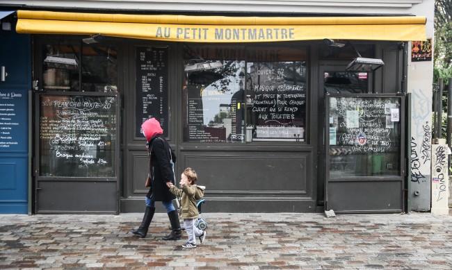 """Щандовете с """"неосновни"""" продукти затварят във Франция"""