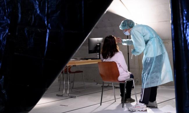 "PCR тест: Един медик и 2 минути в контейнер пред ""Пирогов"""