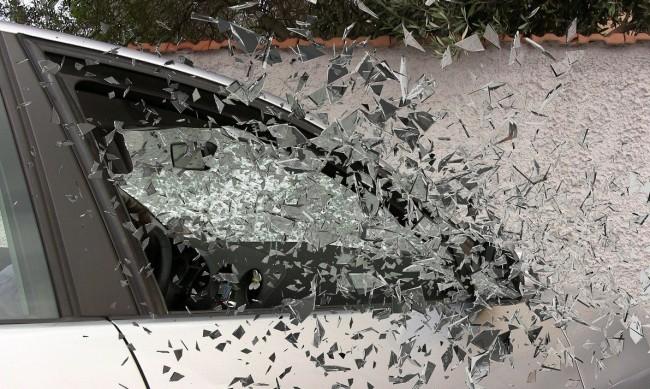 Пиян и неправоспособен шофьор се заби в стълб