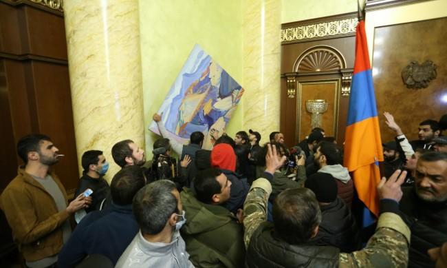 Пребиха председателя на арменския парламент