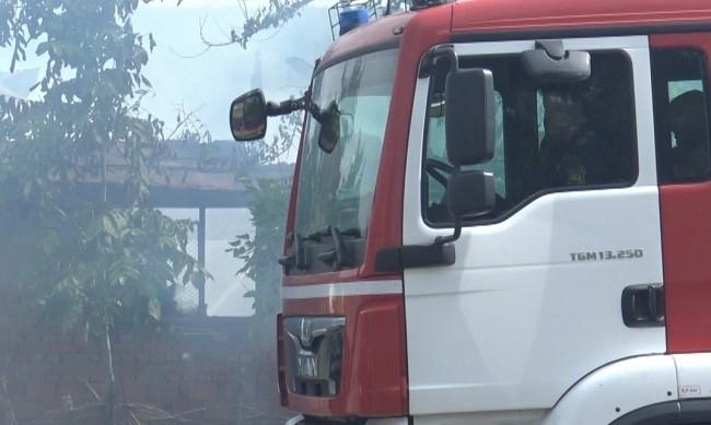 Евакуираха десетки заради пожар във фабрика в Катуница