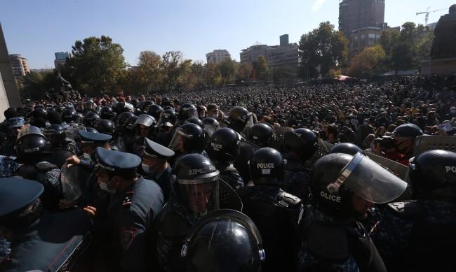 Опозицията в Армения иска оставката на Пашинян