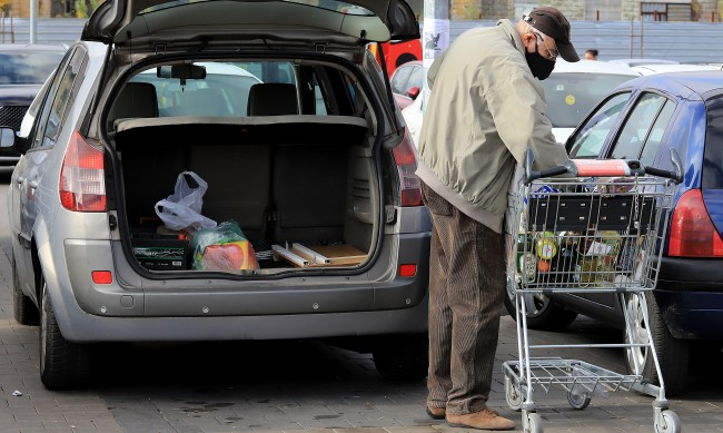 Стотици хиляди работещи пенсионери – лекари, учители, не могат да пазаруват