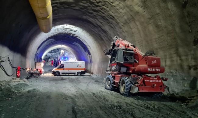 """Срутване на тунела """"Железница"""", затрупан е човек"""