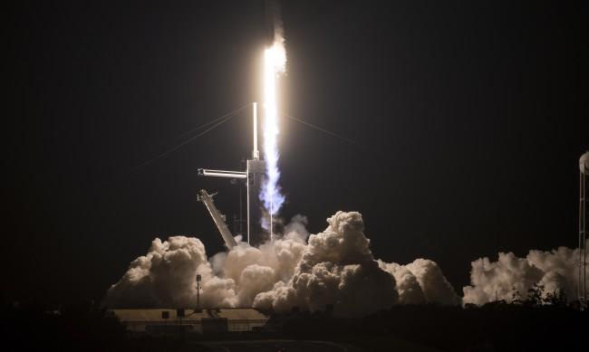 Спейс Екс изстреля космически кораб с астронавти към МКС