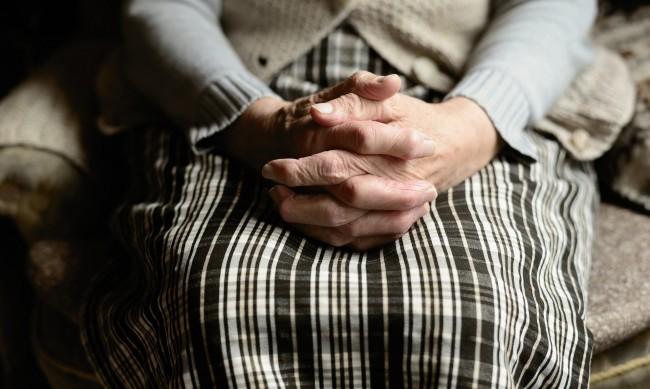 Близки на жена от Дом за възрастни твърдят, че е била пребита