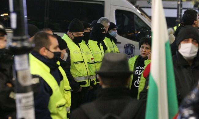 От сградата на ВМРО поляха с маркуч протестиращи, двама задържани