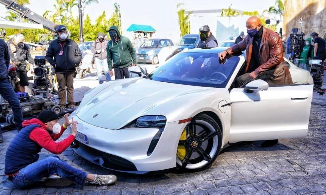 Скалата в комична ситуация: Заклещи се в Porsche Taycan