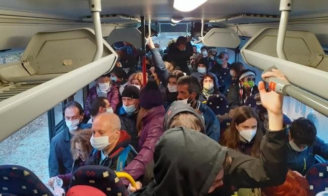"""""""Ад"""" в автобуса: Граждани се жалват за малко коли по линия 63"""