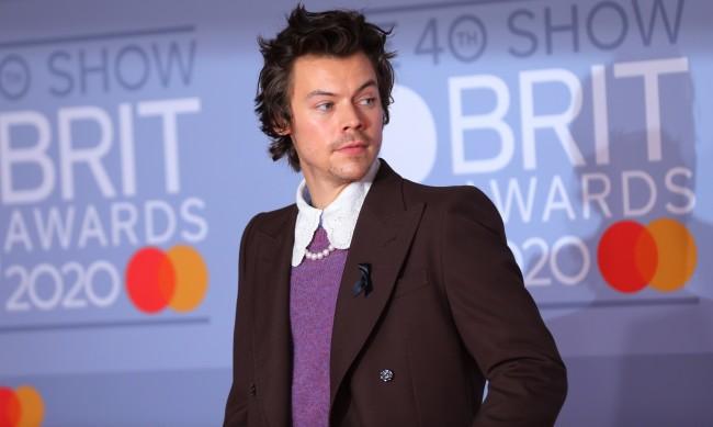 """Хари Стайлс надува балон за корицата на """"Vogue"""""""""""