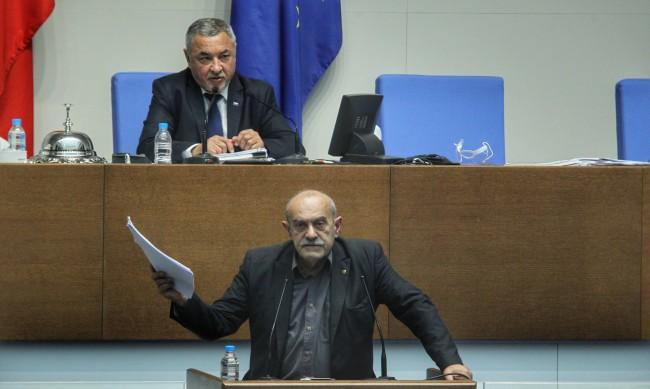 Депутат без маска беше изгонен от пленарната зала