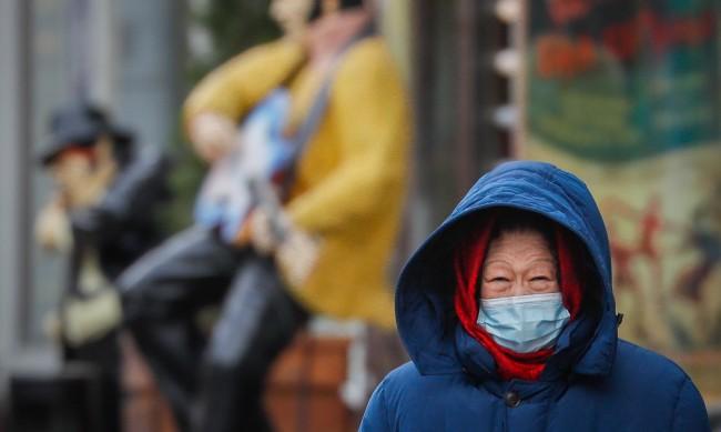 Маските ни предпазват едва 20% от вируса?
