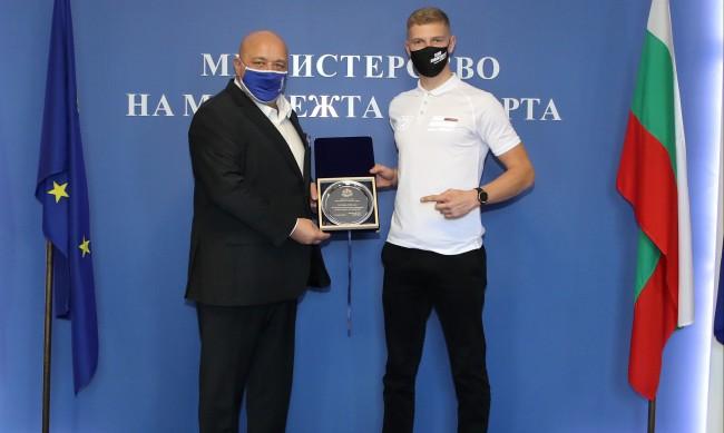 Кралев награди надеждата в мотоциклетизма Теодор Кабакчиев