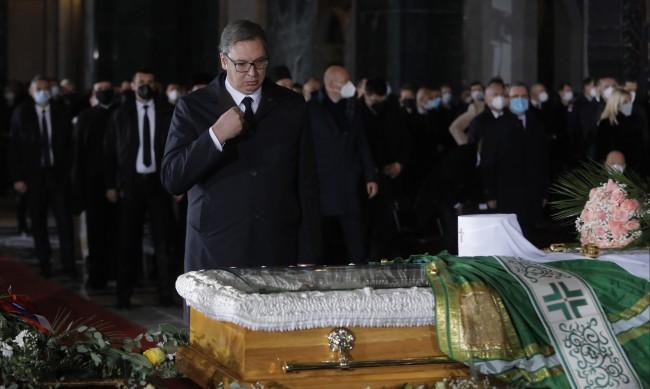 """Погребаха сръбския патриарх Ириней в криптата на """"Свети Сава"""""""