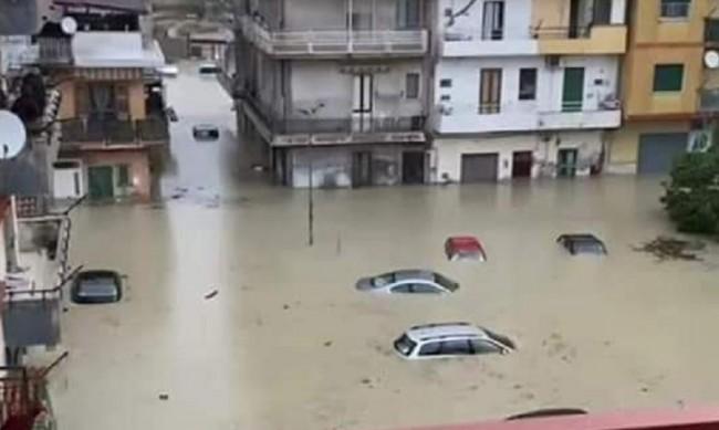 Тежки наводнения в Южна Италия, евакуират хора