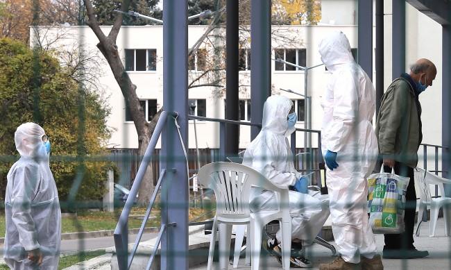 Вирусулог: Колективният имунитет няма да ни спаси от COVID-19