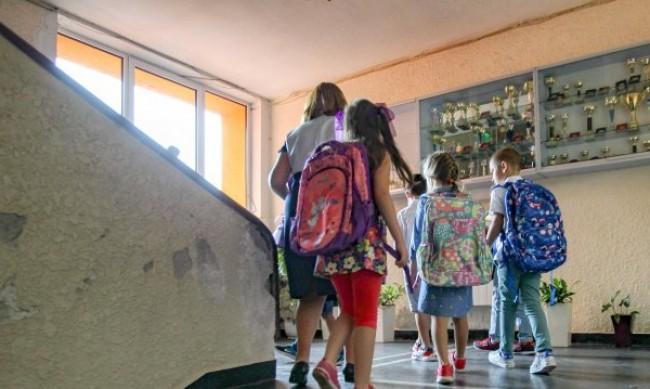 Част от учениците се завръщат в класните стаи