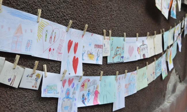"""""""Хапка"""" надежда и детски рисунки за медиците от спешен център"""