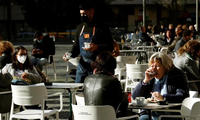 Крачка към нормалното - баровете в Барселона пак заработиха