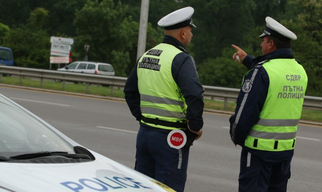 Камион се преобърна и излетя от пътя в Кюстендилско