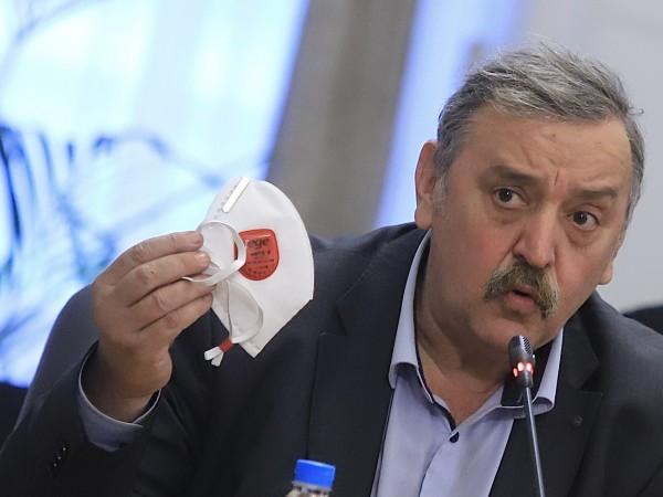 Носенето на маски беше най-важната мярка, заяви проф. Тодор Кантарджиев,
