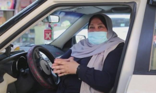 Наела Абу Джиба - единствената жена шофьор на такси в Ивицата Газа