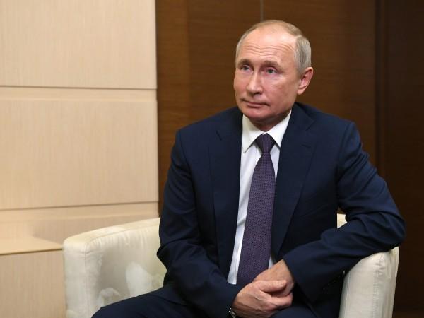 Месеци след като обяви, че Русия е одобрила първата ваксина