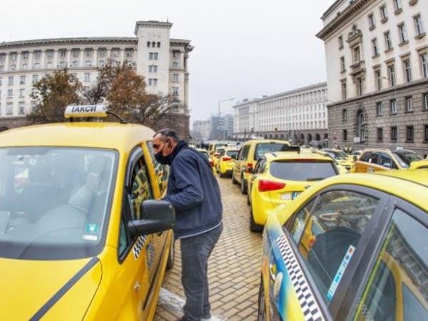 Таксиметрови шофьори в София излизат днес отново на протест. В