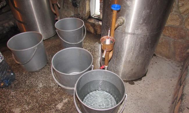 Полицията иззе 130 литра ракия от къщата на дядо