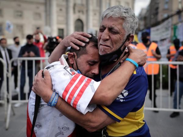 Снимка: БГНЕСДесетки хиляди аржентинци се наредиха на дълга опашка пред