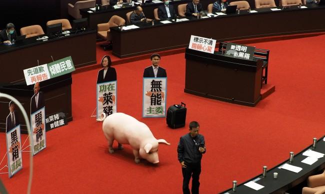В тайванския парламент се замеряха със свински черва