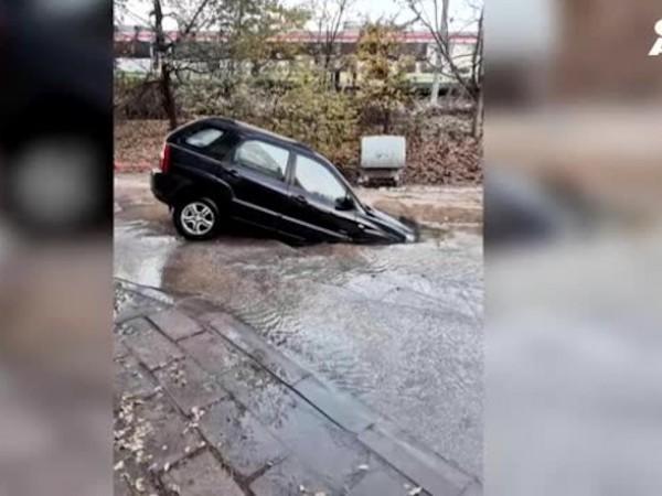 Кола пропадна в огромна дупка в Пловдив. Причината за огромната
