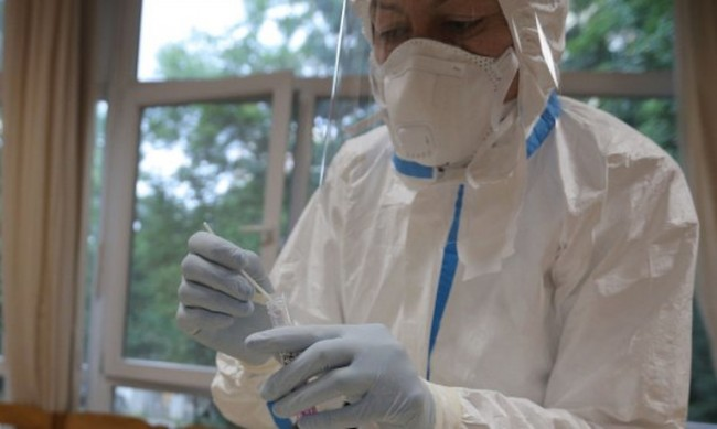 Инфекционист: Активността на вируса - още година и половина