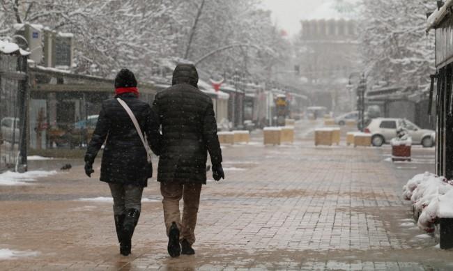 В София натрупа първи сняг, значителни валежи в Източна България днес