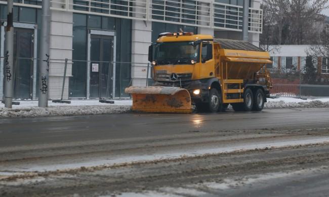 Снегорините в София запалиха, 152 машини чистят