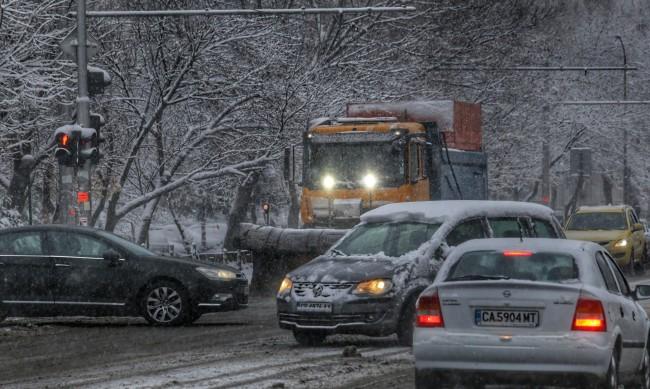 В първия снежен ден: Над 60 катастрофи в страната
