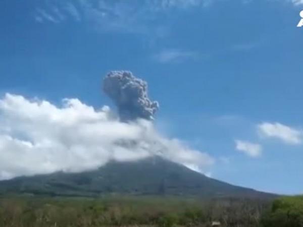 Хиляди хора бяха евакуирани след изригването на мощния вулкан в