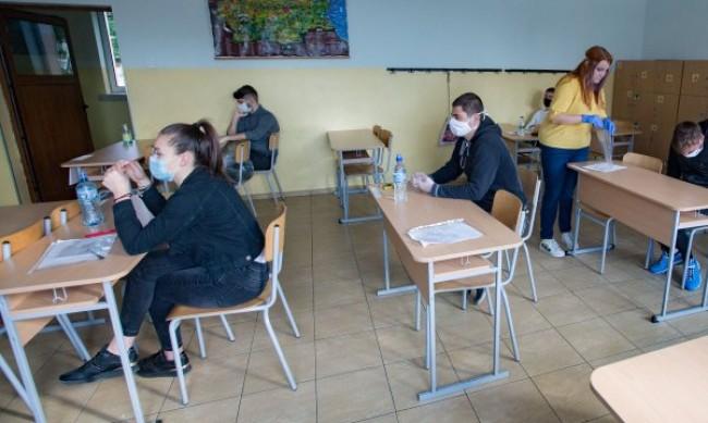 МОН: Вторият срок започва по различно време за различните класове