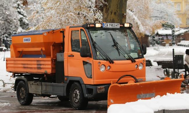 Сняг, лед: 63 машини работят на терен в София