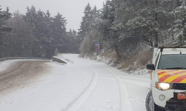 490 машини борили снега и леда през нощта по пътищата в страната