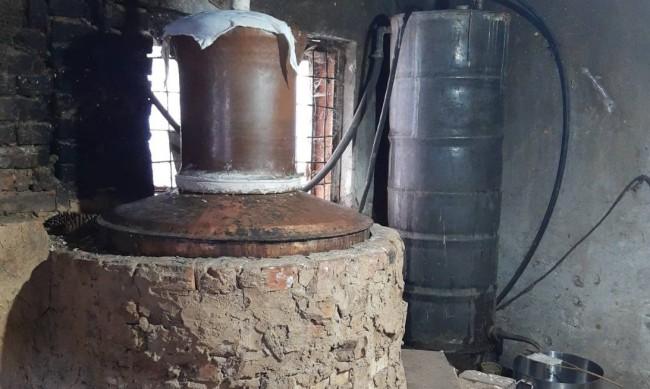 Митничари иззеха тон алкохол от незаконен обект за дестилиране