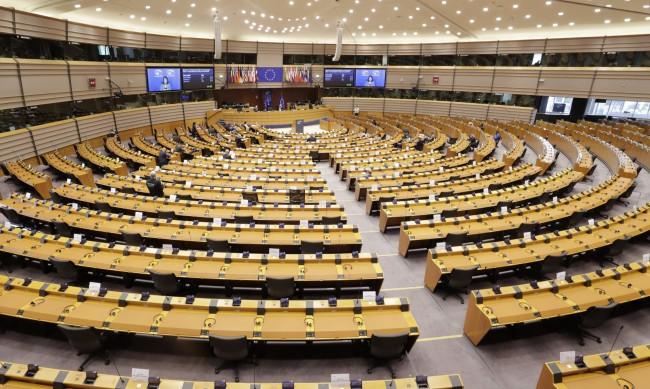 В Брюксел спряха оргия с 25 мъже, сред които и евродепутат