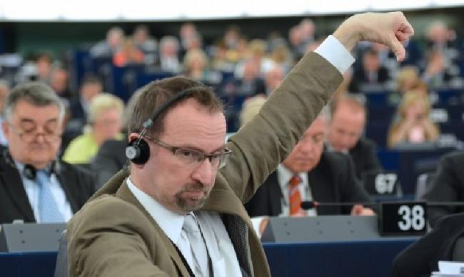 Депутатът от партията на Орбан, участвал в гей парти, подаде оставка