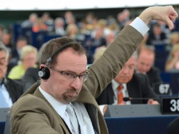 Унгарски евродепутат подаде оставка след разразил се скандал. Оказа се,