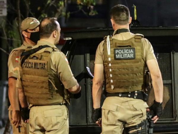 Въоръжена група от около 30 души обра банка в град