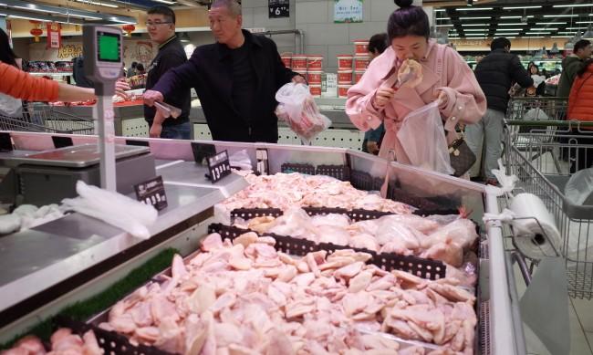 """Първи в света: В Сингапур разрешиха """"пилешко месо"""" от лаборатория"""