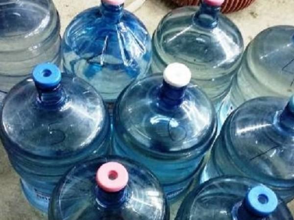 Митничари задържаха 190 литра ракия в туби за минерална вода,