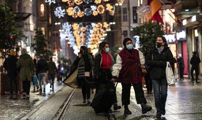 Забраниха всякакви гости вкъщи в Турция