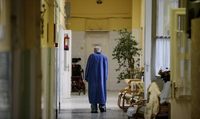 В пернишка болница: С инвалидност, на студено, на опашка в коридора...