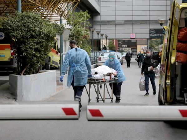 Гърция увеличава двойно заплатите на медици, които помагат в болниците